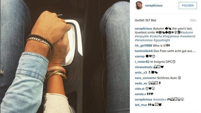 Serap Yavuzs Post auf Instagram zeigt die Hand eines Mannes und einer Frau, die gemeinsam den Schalthebel bedienen.