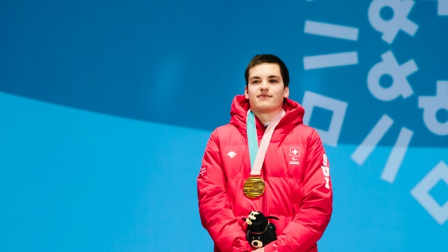 Théo Gmür cun la medaglia d'aur da la cursa rapida dals gieus paralimpics.