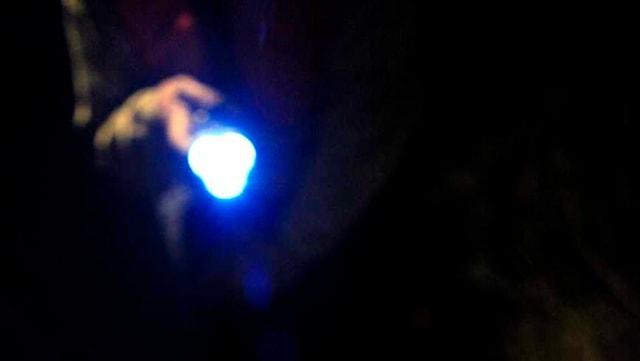 Jemand leuchtet mit einer Taschenlampe