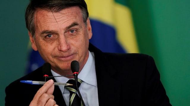 Jair Bolsonaro hält einen Kugelschreiber in die Kamera
