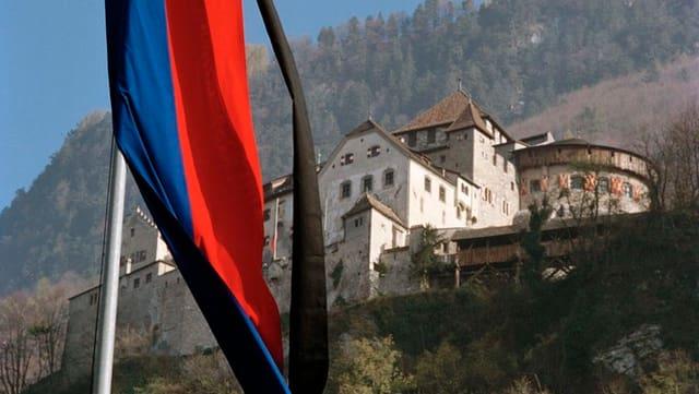 chastè dal regent a Vaduz cun bandiera sgulatschanta