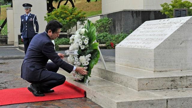 Shinzo Abe avant in monument.