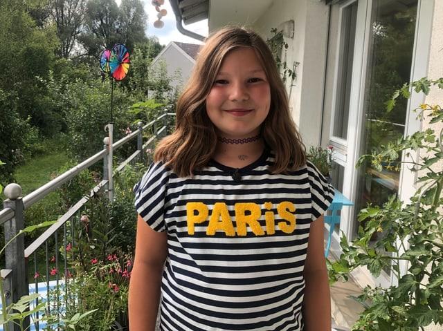 """Mädchen im"""" Paris"""" Tshirt auf Balkon"""