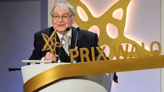 Jörg Schneider auf der Bühne des Prix Walo.