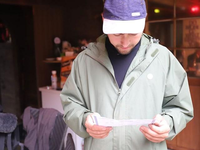Joshua studiert die Einkaufsliste.