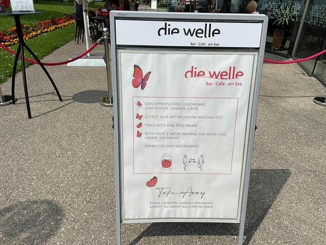Infotafel zu Corona Hygienemassnahmen vor einem Restaurant