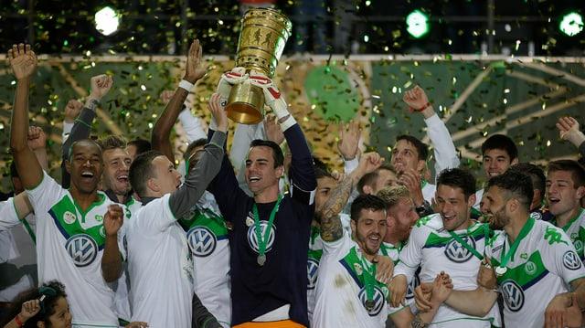 Diego Benaglio ed ils giugaders da Wolfsburg cun il buccal da la cuppa tudestga.