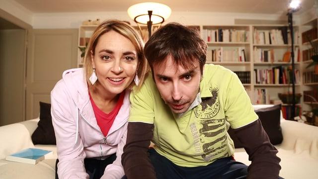 Eine Frau und ein Mann nebeneinander auf einem Sofa.