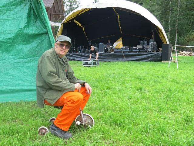 Anton Brüschweiler vor der Festivalbühne.