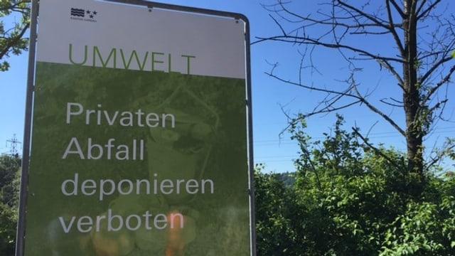"""Plakat mit Aussage """"Privaten Abfall deponieren verboten"""""""