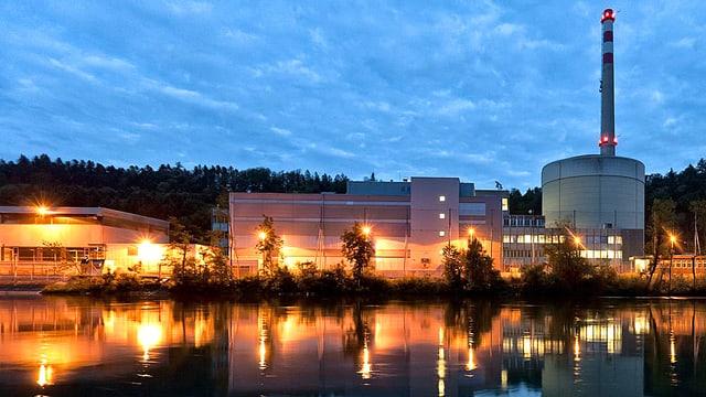 Abendansicht des Atomkraftwerks Mühleberg