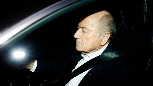 Joseph S. Blatter am Steuer seines Autos.