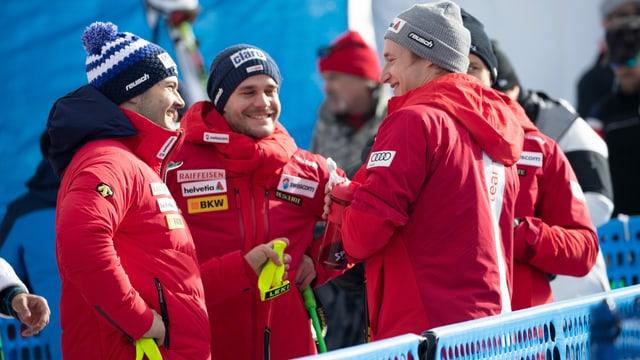 Loïc Meillard und Marco Odermatt lachen nach einem Rennen im Zielraum