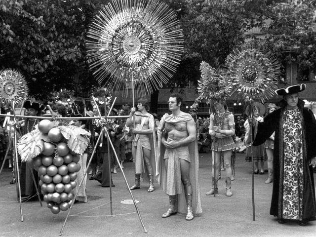 Junge Leute spielen die Rollen von Bacchus, dem Weingott, und Ceres, der Göttin des Korns und der Ernte. Aufnahme von 1977.