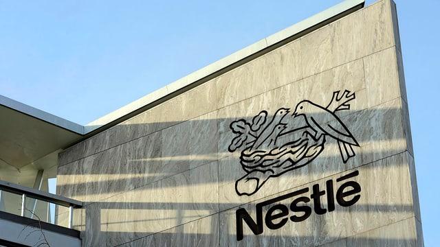 Nestlé-Logo und Schriftzug an Hausfassade