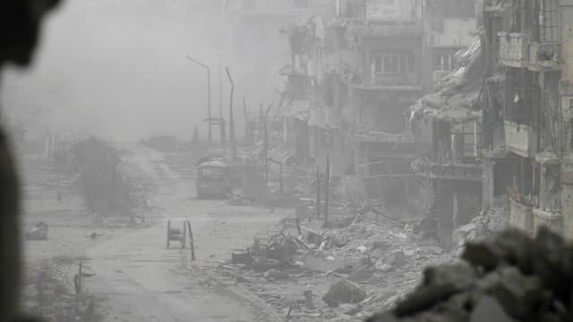 Blick in eine vollständig zerstörte Strasse in Syrien