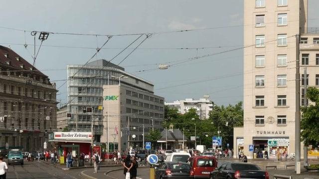 Blick auf den Aeschenplatz in Basel mit Turmhaus im Hintergrund.