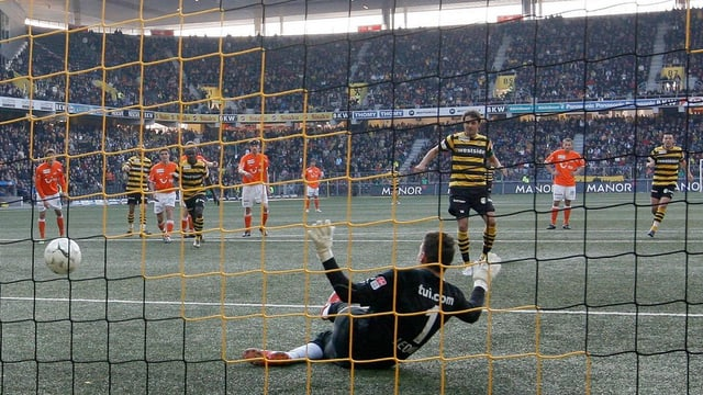 Mario Raimondi bezwingt FCZ-Keeper Johnny Leoni mittels Penalty.