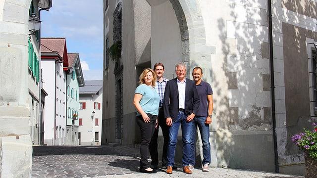 Avant la porta sura da la cità da Glion, Susanne Kislig e Gian Derungs (Forum Surselva), Remo Cahenzli e René Cavegn (ILHGA)