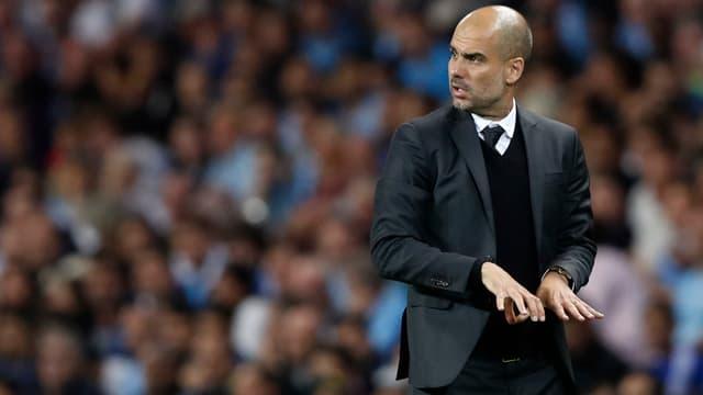 Citys neuer Startrainer Pep Guardiola dirigiert an der Seitenlinie.
