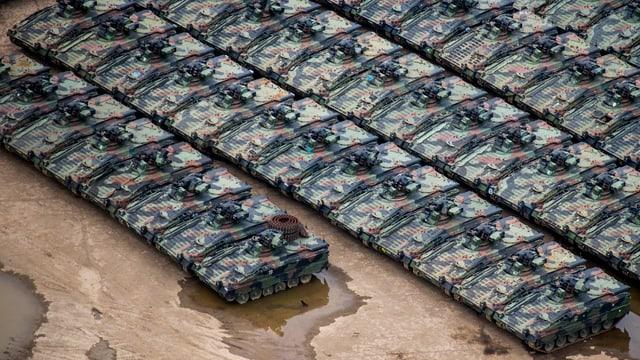 Mehrere Reihen von Panzern aus der Vogelperspektive.