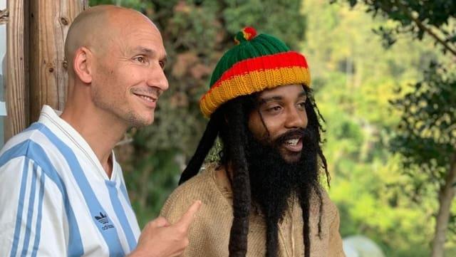 Reggae-Special-Macher Lukie Wyniger (links) besuchte in Jamaika unter anderem DJ und Sänger Yaadcore.
