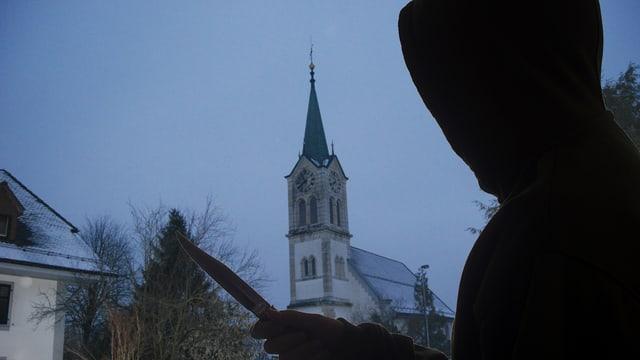 Umrisse eines Messerstechers vor der Kirche Rothrist.