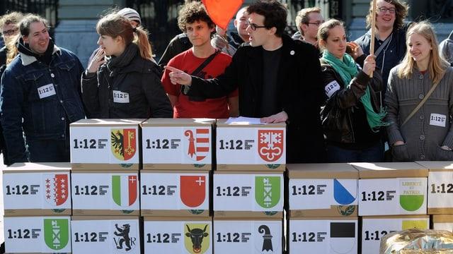Jungsozialisten bei der Übergabe der Unterschriften zur Initiative 1:12