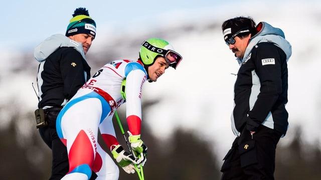 Thomas Tumler, Stéphane Cattin und Tom Stauffer stehen niedergeschlagen neben der Piste.