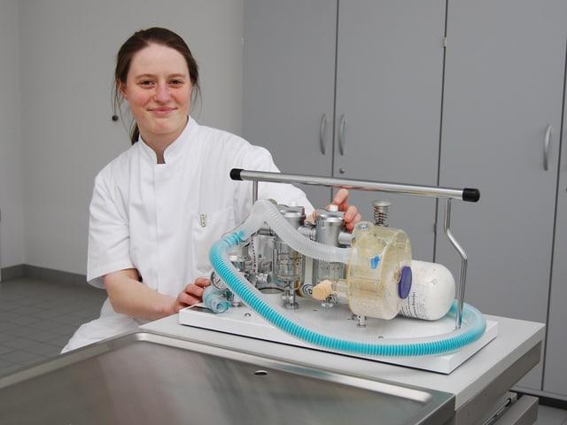 Tierärztin Elisabeth Peus mit dem Narkosegerät für Operation von verletzten Brieftauben.