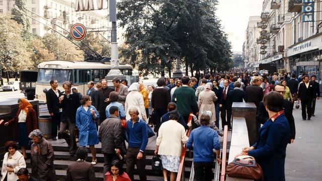 Leute bei einem Metro-Eingang