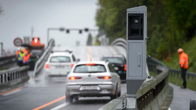 In aparat da radar per controllar autos che van memia svelt sper in'autostrada.