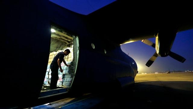 Ein Flugzeug mit Lebensmittel für Menschen, die humantiäre Hilfe benötigen.