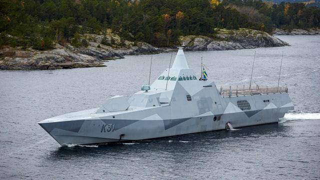 Ein schwedisches Kriegsschiff kreuzt vor einem Archipel