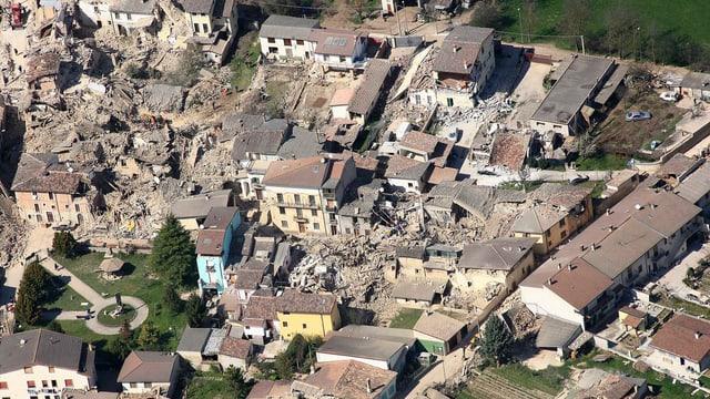 Italienische Stadt, nach einem Erdbeben. Viele zerstörte oder beschädigte Bauten.