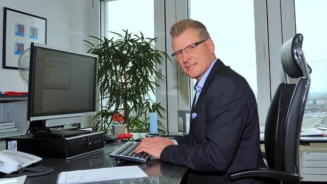 Zuger Baudirektor Heinz Tännler sitzt am Pult in seinem Büro.