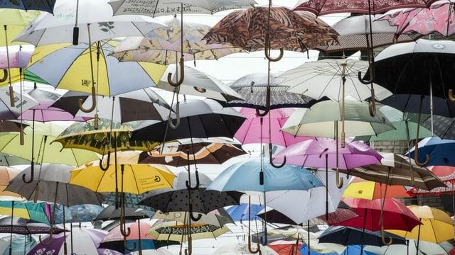 Aufgespannte Regenschirme.