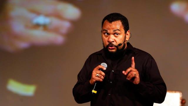 Aufnahme des umstrittenen französischen Komikers Dieudonné während eines Auftritts.
