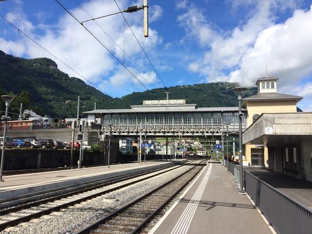 Ein Bahnhof und blauer Himmel mit Wolken.