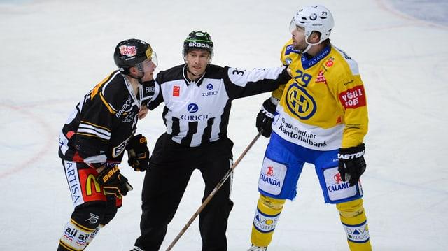 Lorenz Kienzle (sanester) dal HC Lugano e Beat Forster dal HCD, ed entamez l'arbiter.