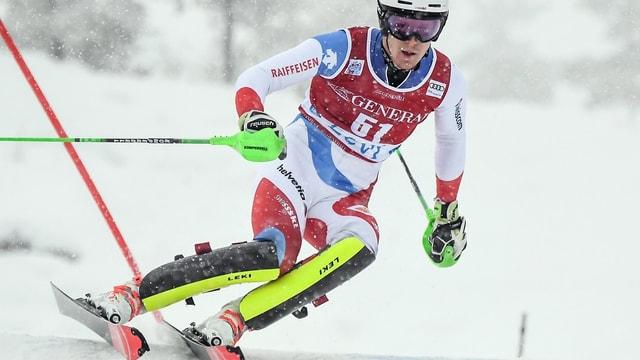 El va culs skis da slalom.