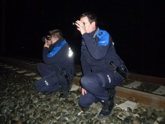 Zwei Grenzwächter mit Nachtsichtgeräten