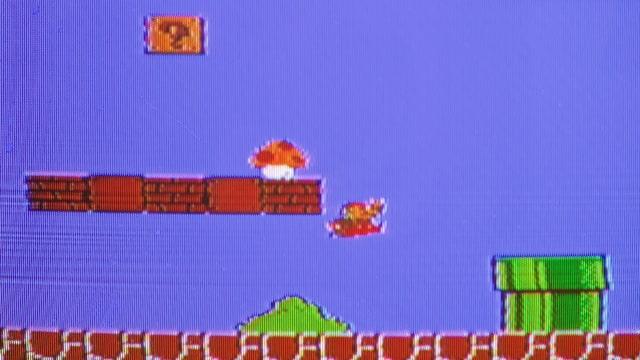 Mario springt, um sich den Pilz zu schnappen.