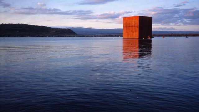 Monolith von Jean Nouvel im Murtensee an der Expo 02.