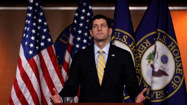 Paul Ryan vor amerikanischer und Repräsentanten-Flagge.