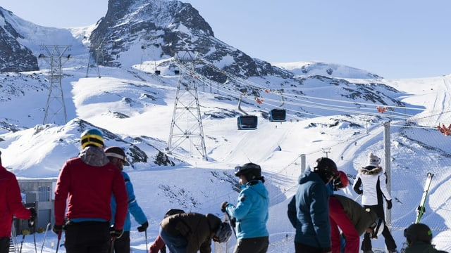 Pendicularas a Zermatt cun skiunzs.