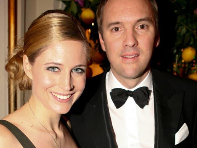 DIe blonde Miss Schweiz von 2004 Fional Hefti posiert strahlend neben ihrem Mann Christian Wolfensberger. Dieser trägt einen schiken Anzug mit Fliege.