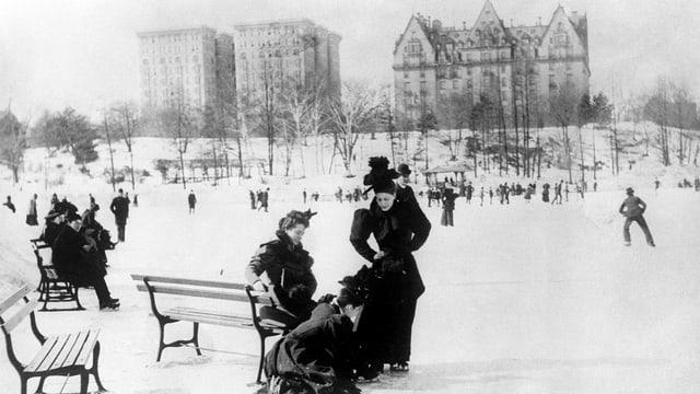 Schwarzweissbild: Drei schwarz gekleidete Frauen bei einer Park in einem winterlichen Park.