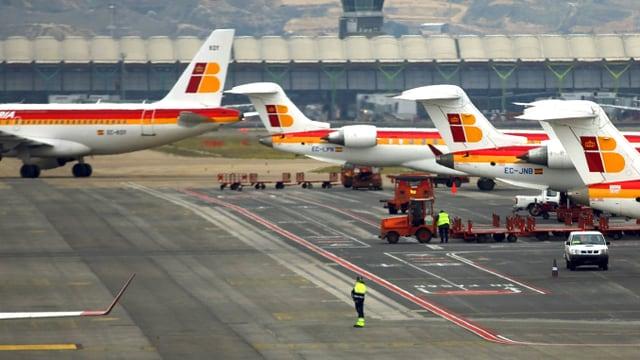 Flugzeuge der Iberia stehen auf dem Rollfeld