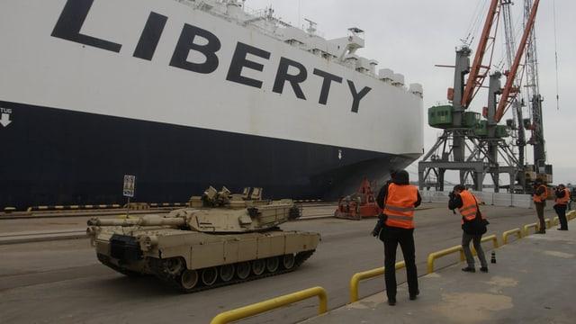 Panzer einer US-Infanterie-Brigade rollen von Bord der «Liberty Promise» im Hafen von Riga.